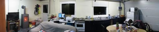 Zicht op het bureau, keuken, eethoek (serieus vervormd door panoramaperspectief). (klik voor grotere foto)