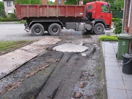 Ongelooflijke chance : na het wegrijden met de eerste vrachtwagen steenpuin ontstond een verzakking in mijn oprit.  Blijkbaar zat daar een regenwaterput.