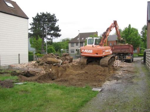 Vervolgens fundering uitgraven en aarde uitschudden met de zeefbak.