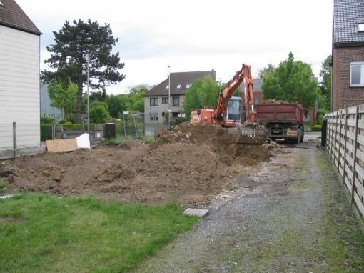 Vervolgens fundering uitgraven en aarde uitschudden met de bakzeef.