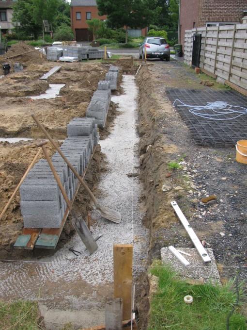 Eerst goed uitmeten en koordje spannen waar de eerste laag stenen moet komen.