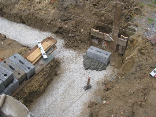 De eerste steen...  Allez, funderingssteen, telt eigenlijk niet mee.  De eerste steen leggen is voor het bovengronds metselwerk.