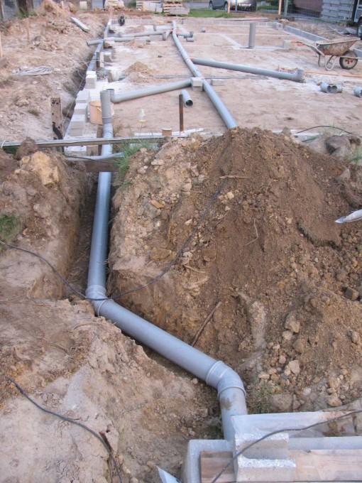 Ook een buis voorzien die naar de regenwaterput loopt die kan dienen om de aanzuigleiding door te steken, en bij grote droogte om de put met leidingwater te kunnen vullen.