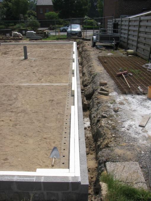 Aan die inkepingen komt later op de betonplaat een halve KIMblok (Ytong) die zowel als isolatie als steun voor de vensters zal zorgen.  Zoniet, dan zouden de vensters enkel op de isolatie steunen.