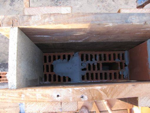 Hierin komt de beton.  Tijdens het gieten steek ik er ook wat bewapening in, geen idee of het echt moet.