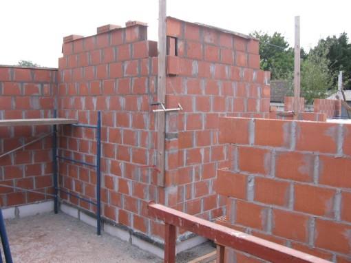 De twee muren van de inkomhal, op 15 cm van de bovenkant.