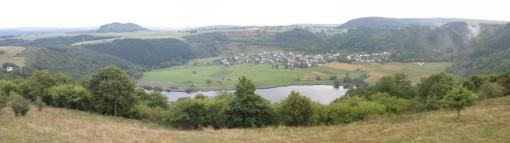 Een dorpje dat in een vulkaankrater ligt.