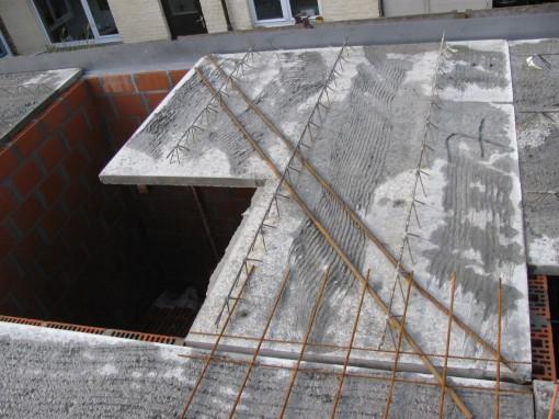 De wapening op de predal van de traphal.  Die worden tussen die metalen bruggetjes gestoken.
