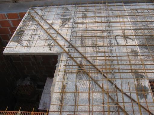 Vervolgens de wapeningsnetten erop en vastbinden aan de bruggetjes.