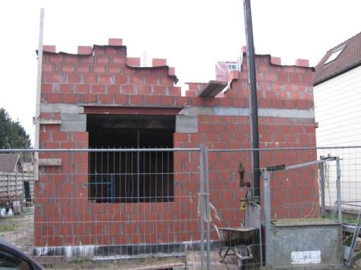 Beetje een raar zicht : na 4 rijen komt een groot venster, het stuk links en rechts dat niet gemetst is moet met beton opgegoten worden als ringbalk.