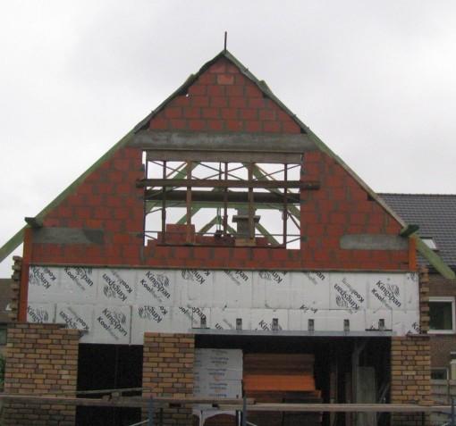 De achter topgevel staat er in de snelbouwsteen.  De ontbrekende stukjes om de 80 cm zijn om planken van het overstekende dak door te steken.