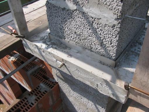 """Net onder het dak moet er een verbreding op komen om de gevelsteen op te metsen.  In die schouw """"kit"""" is een inox bak voorzien met afloop voor eventueel regenwater dat door de stenen trekt."""