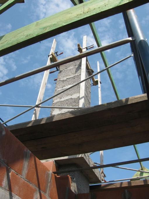 De constructie met paslatten om de gevel rond de schoorsteen te metsen.