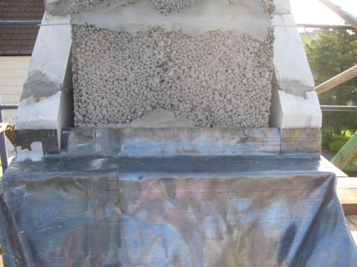 Eerst het blad lood onderaan, dat de spouw overbrugt en rechtstaat tegen de schouwpot.