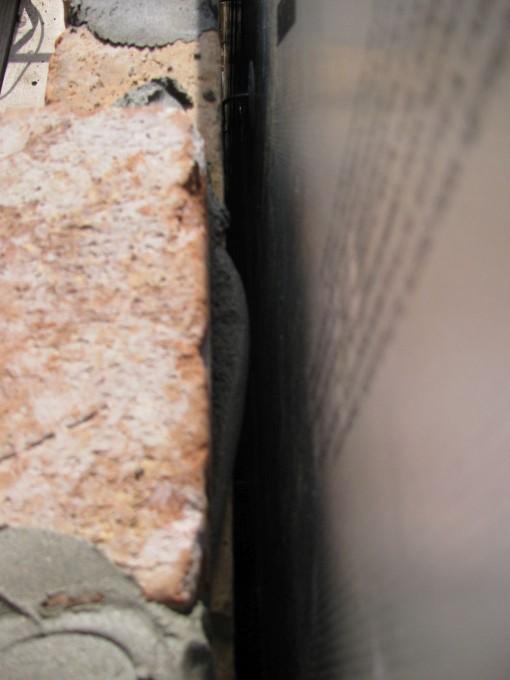Er mag geen contact zijn tussen de gevelsteen en de isolatie.  Dus moeten uitstekende mortelresten gladgestreken worden.