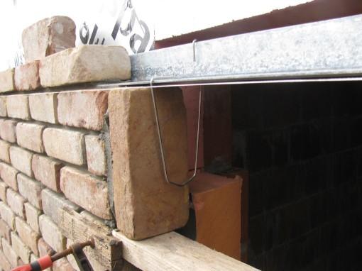 Mortel aan de zijkant van de steen, en tegen de puur kloppen.  Rollaagbeugel ertegen en de volgende steen met mortel er tegen kloppen.