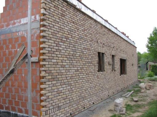 Muur 1 is af.  Ik moet 50 cm onder de bovenkant blijven omdat het dak daar zal oversteken.