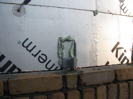 De plaatsen waar het L-profiel aan de poutrel hangt vul ik ook nog met isolatie