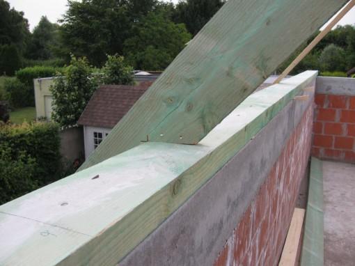 De muurbalk op de ringbalk bevestigd, en daarop het begin van de dakconstructie
