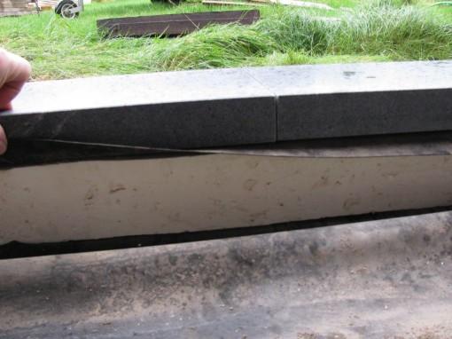 Een strookje styrisol isolatie onder de dorpel, vastspuiten met PUR met lage expansie waarde.
