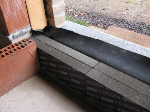 In plaats van Ytong stenen (Lamda=0,125) gebruik ik Foamglas Perinsul L blokken (Lamda=0,05) want deze isoleren nog een stuk beter.   Deze metsel ik zodat de bovenkant gelijk komt met de bovenkant van de dorpel (achter de 2de waterkerende folie).