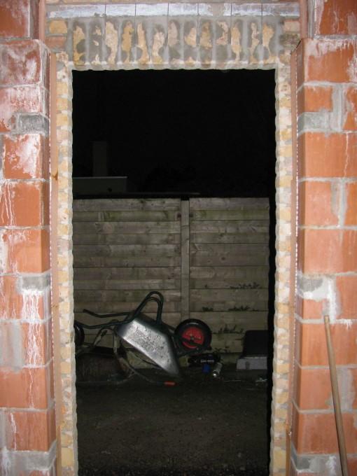 Volgens de installateur van de ramen moet de isolatie weggesneden worden tot net tegen de muur.  Dat heb ik dan ook gedaan.  Klaar voor de vensters en deuren !