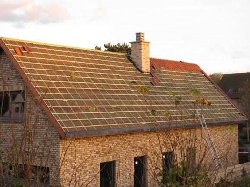 Volgende stap is pannen verdelen over de breedte van het dak.