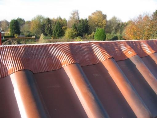 Langs de onderkant is die voorzien van een kleefrand, en daarmee wordt die netjes op de pannen gekleefd, makkelijk naar de vorm van de pannen te plooien.