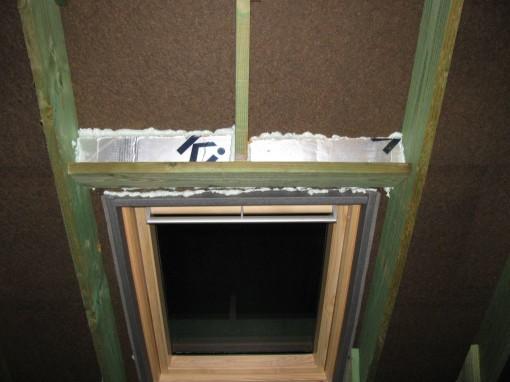 Ook bovenaan heb ik strookjes gestoken.  Tussen de planken moet het nog opgevuld worden met glaswol.