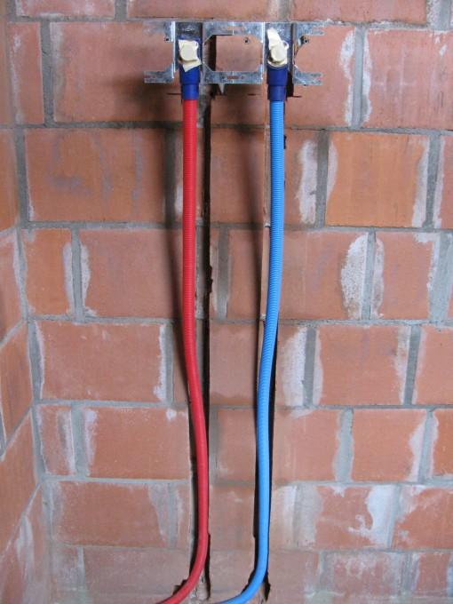 Sleuven in de muur gemaakt, alles aangekoppeld, klaar om in te pleisteren en vast te vijzen.