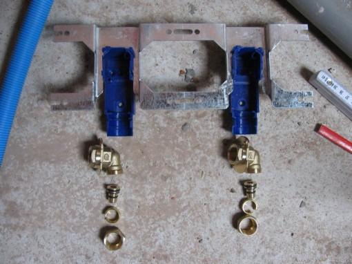 Zit vrij simpel in elkaar : metalen montagebeugel, blauwe inbouwdoos met messing hoek, adapter voor henco buis.