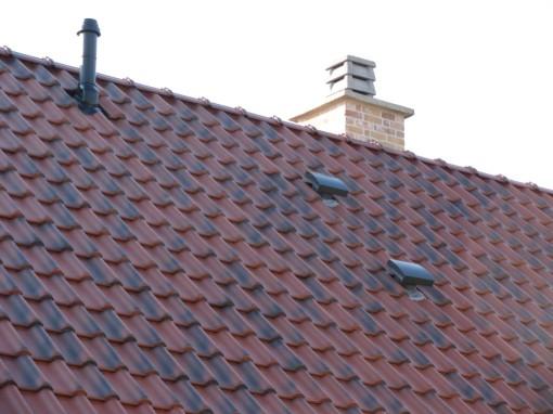 Terwijl ik dan toch op het dak zat en het zonnig was, heb ik ook al de doorvoer van de centrale verwarmingsketel gestoken.