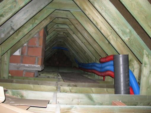 De buizen netjes bevestigd in de nok voor de bovenste verdieping.  Met dank aan Thomas VG hiervoor.