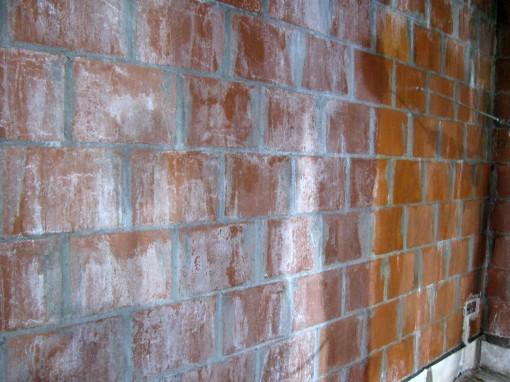 Uitstekende stukjes mortel moeten verwijderd worden, stof afborstelen, en vochtig maken door met een sproeier water op te spuiten.