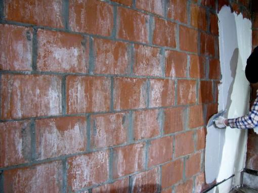 Pleister maken : zoals op de zak staat : 16 l water in een kuip, pleister erbij en goed mengen met een grote mixer tot een homogene massa. Met truweel een schep op de plakspaan leggen, en deze tegen de muur strijken. De eerste laag goed tegen de muur strijken.