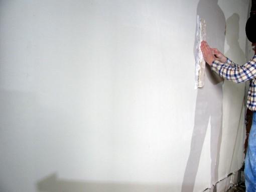 Indien er veel oneffenheden zijn, kan je na een half uur uitharden al een keer effen strijken met een plamuurmes. Deze horizontaal en verticaal over de muur wrijven.