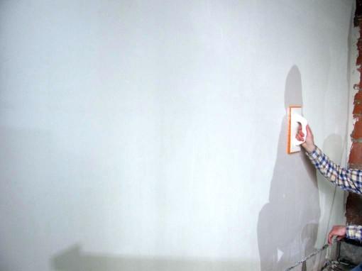 Na een uur is de plaaster al tamelijk uitgehard. je kan geen putten meer in duwen, maar vingerafdrukken zijn nog zichtbaar. Tijd om de muur te sponsen. De spons in water dompelen en met cirkelvormige beweging over de muur sponsen. Spons regelmatig nat maken. Het oppervlak krijgt hierdoor een ruwer slijmlaagje.