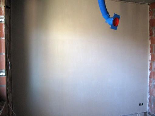 Een muur van de slaapkamer is gedaan.