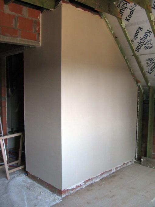 Een stuk muur in de logeerkamer.