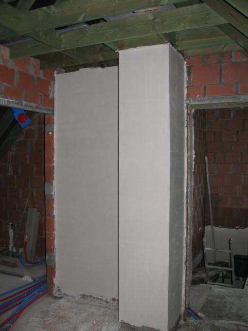 Stukje muur en schoorsteen boven