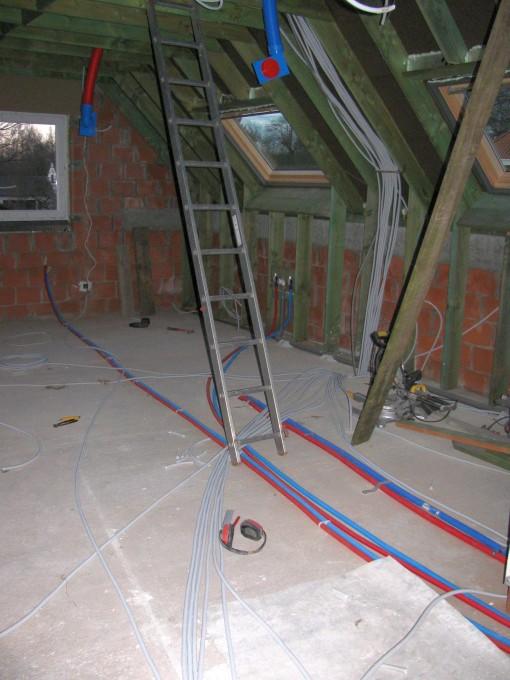 De kabels op de verdieping.