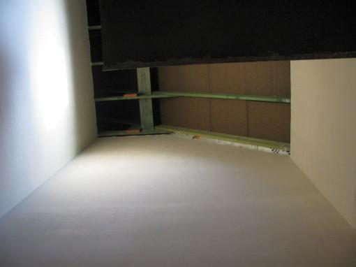 Het bovenste stuk van de traphal is ook gepleisterd.