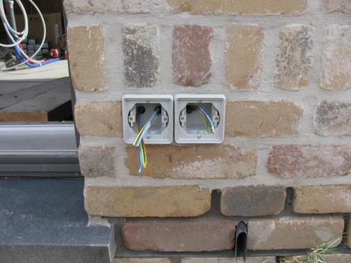 Ook ervoor zorgen dat de kabels erdoor zitten voor je die vastzet met het chemisch anker.