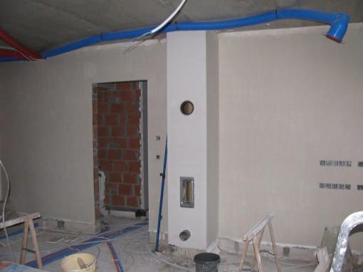De ander muur in de living met de schoorsteen.