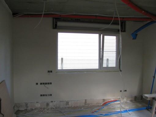De muur met het grote venster in de living is ook gedaan.