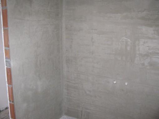 De wanden waar het bad komt zijn bezet met bezetmortel UP 310. Dat is een vochtwerende cementgebaseerde pleister.