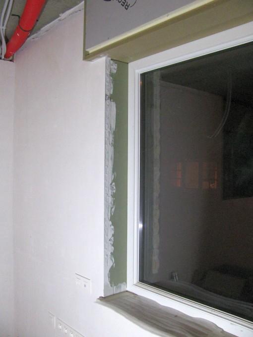 Nu dat de vensterbanken er zitten, kan ik ook de zijkanten aan de vensters afwerken.