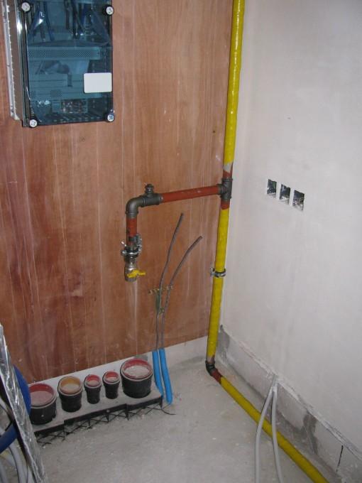 De leidingen aan de aansluitplaat.  Ik kies ervoor om de gasmeter buiten te laten staan, want anders moet ik een verluchtingsgat in de muur maken (en je moet ook luchtdicht bouwen, begrijpen wie begrijpen kan...