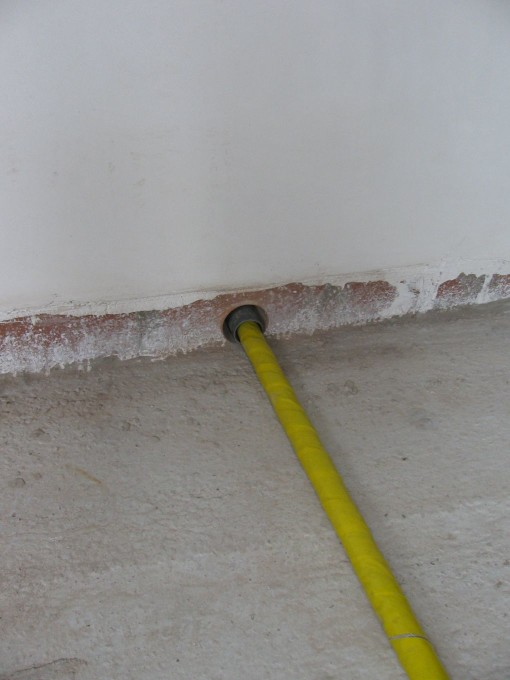 Als de buis door een muur of plafond gaat, moet die door een mantelbuis gestoken worden, en dit moet nadien dichtgespoten worden met silicone of PUR.