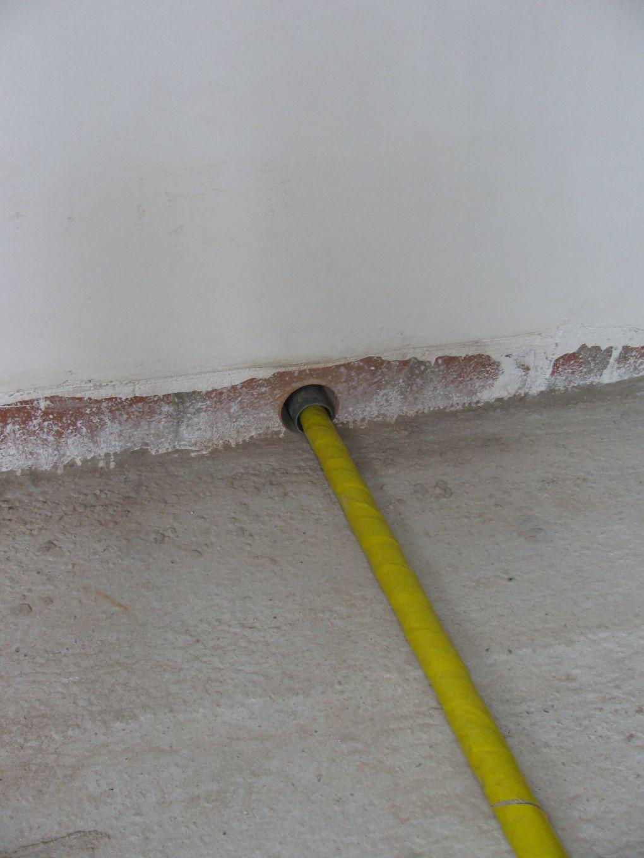 Als de buis door een muur of plafond gaat moet die door een mantelbuis gestoken worden en dit - Hoe kleed je een witte muur ...